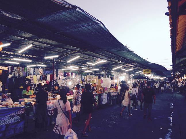 Der Besuch eines Nachtmarkts darf in Bangkok auf keinen Fall fehlen.