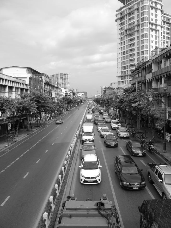 Endlich in Bangkok angekommen! Zuallererst wurden wir mit einer wahnsinnigen Hitze und für uns chaotisch scheinenden Verkehrssituation konfrontiert.