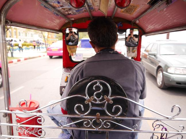 Auf einem Tuk-Tuk erwartete uns eine einzigartige Fahrt durch Bangkok. Ein kleiner Tipp: Innerhalb Bangkoks sollte man nicht mehr als 100 Baht pro Fahrt bezahlen. Handeln also nicht vergessen!